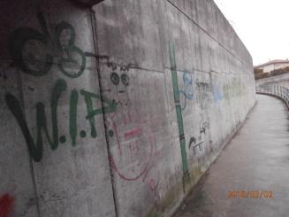 particolare muro della pista ciclo pedonale